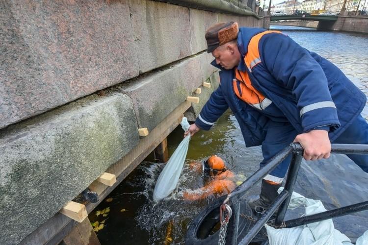 Гранитные блоки зафиксировали водолазы. Фото: Пресс-служба СПб ГБУ «Мостотрест»