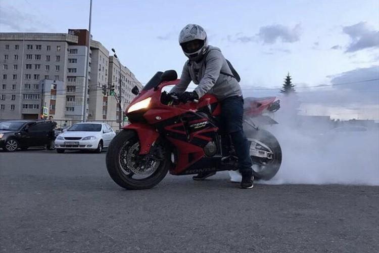 Ездой на мотоцикле мужчина занимался давно.