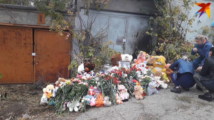 В гаражах вырос стихийный мемориал