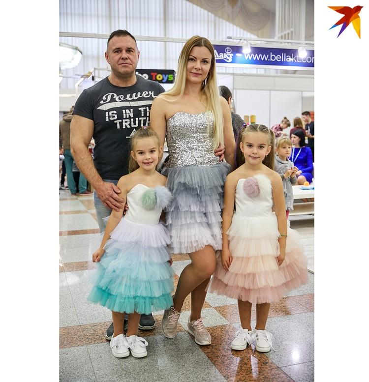 Ольга Ефремова вместе с дочками Марией и Варварой для участия в фестивале нарядились в костюм мороженого. Идею поддержал муж Владимир.
