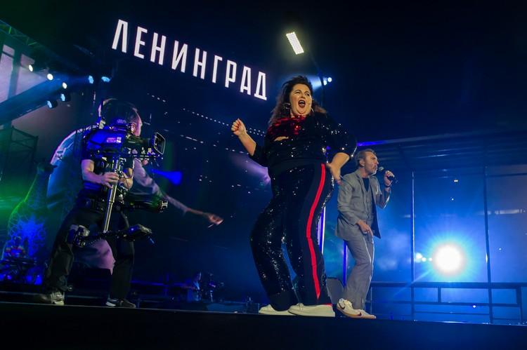 Бэк-вокалистка Виктория Кузьмина.