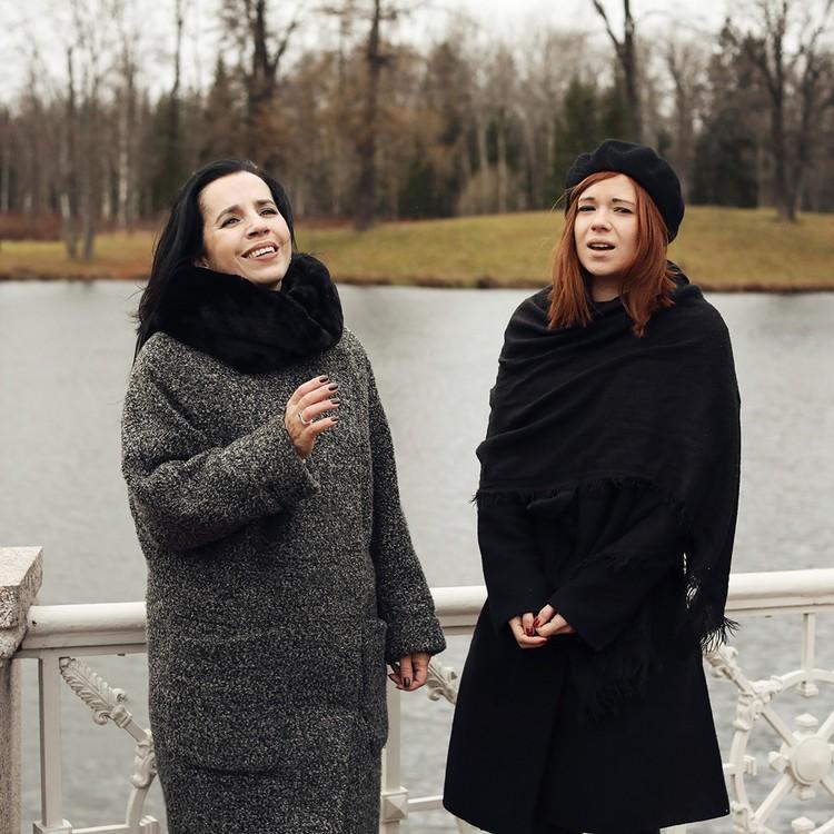 Исполнить фольклорный зачин в холодный осенний день? Для Татьяны Кочергиной и Дарьи Чиграковой нет ничего невозможного. ФОТО: Андрей ФЕДЕЧКО