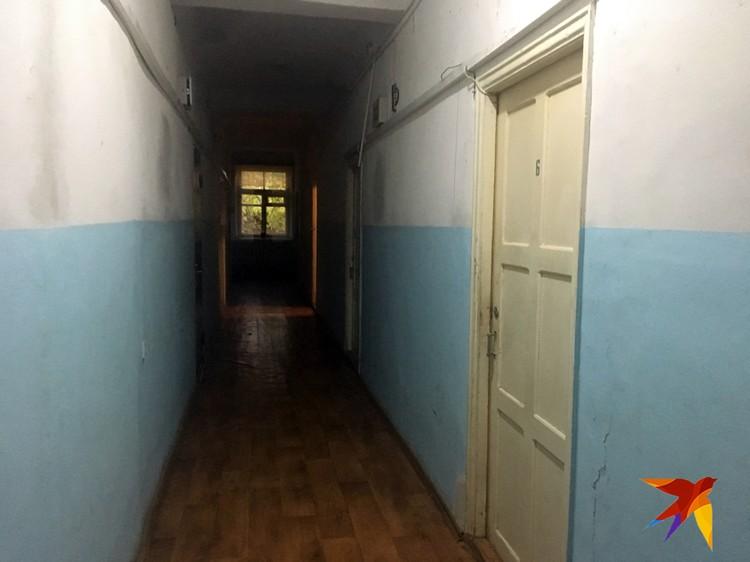 Учительница живёт в общежитии коридорного типа, с 13 кошками и тремя собаками.