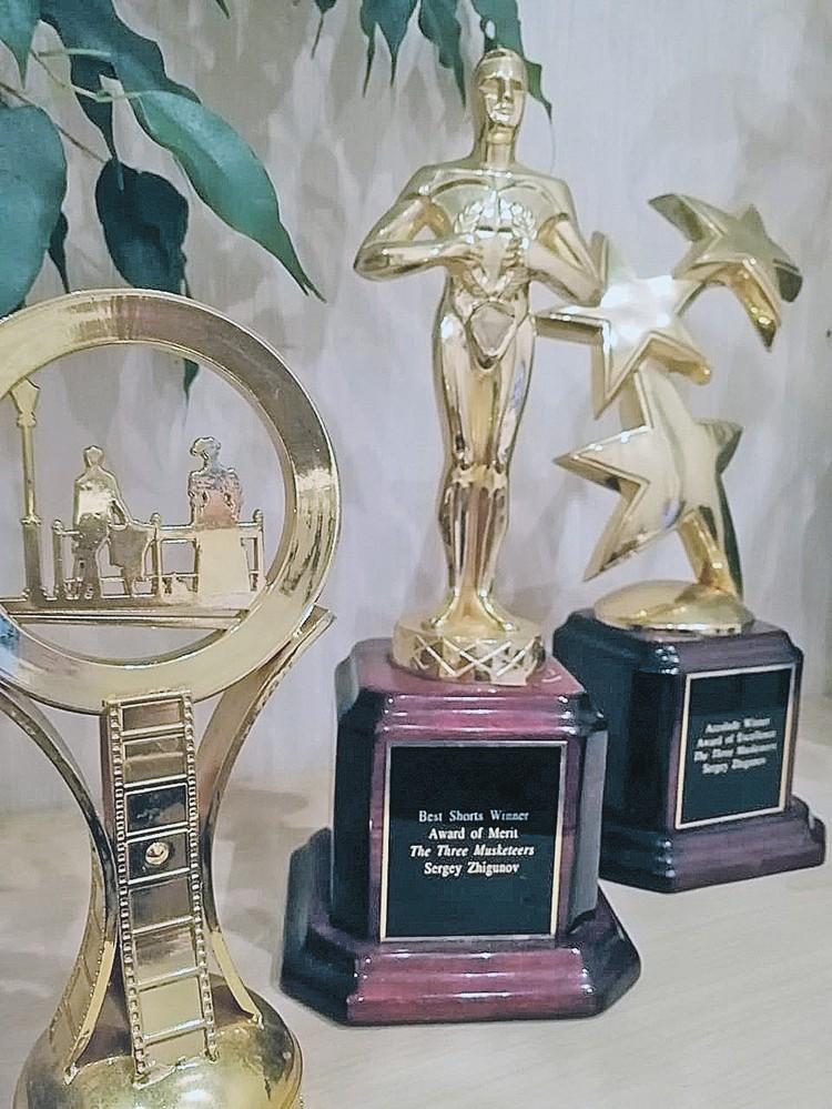 В арестованной за долги квартире хранились награды артиста - статуэтки и почетные грамоты.