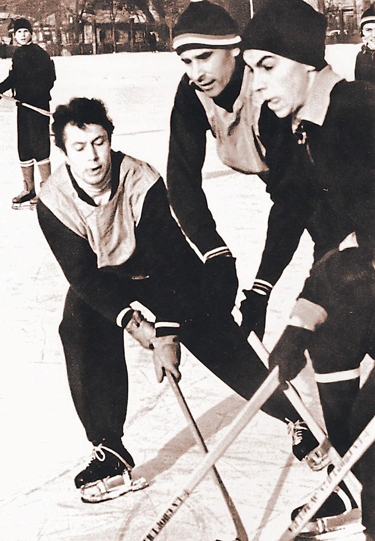Яшин (в центре) летом играл в футбол, а зимой - в хоккей. Фото: Архив В. Т. Яшиной
