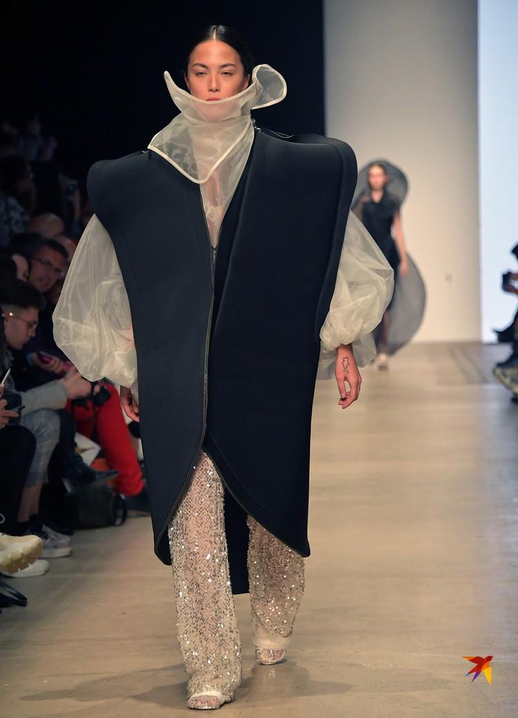 Начинающие звезды моды, дабы выделиться, нарядили красавиц в нелепые объемные вещи