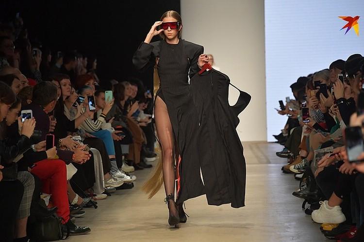 Вот, к примеру, классическое платье-футляр с высоким дерзким вырезом, разбавленное рваными колготами.