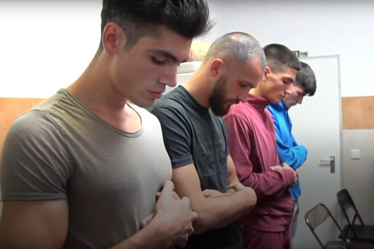 Братья на молитве. Фото: кадр видео