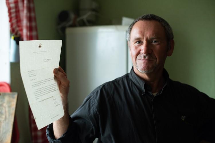 Отец семейства Иван Сидоров демонстирует благодарственное письмо от американского посла