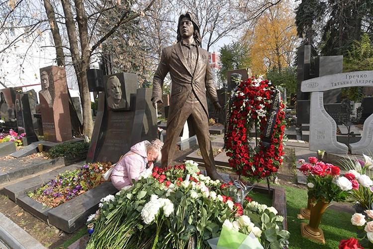 Памятник установили родители Дмитрия Хворостовского