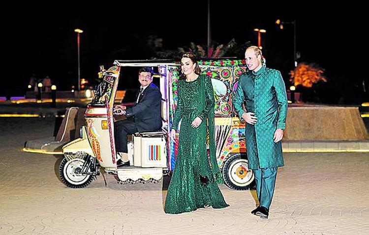 У Кейт и Уильяма (в таком виде они на днях посетили Пакистан), если верить британской прессе, тоже не все гладко. Но хотя бы внешне все безупречно.