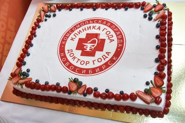 Участников конкурса ждал вкусный торт.