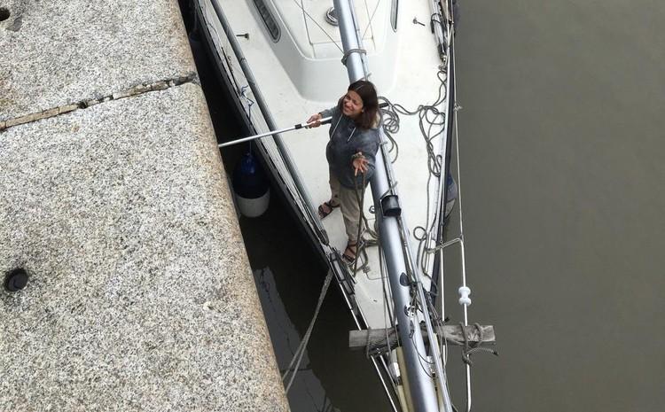 Юля помогала супругу управлять яхтой