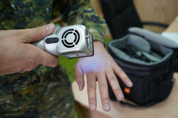 Следы крови зачастую находят с помощью ультрафиолета