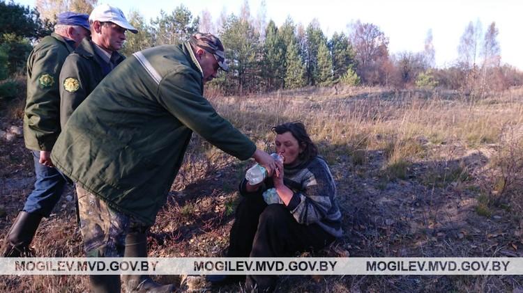 Пропавшую осмотрели врачи и отпустили домой. Фото: УВД Могилевского облисполкома.