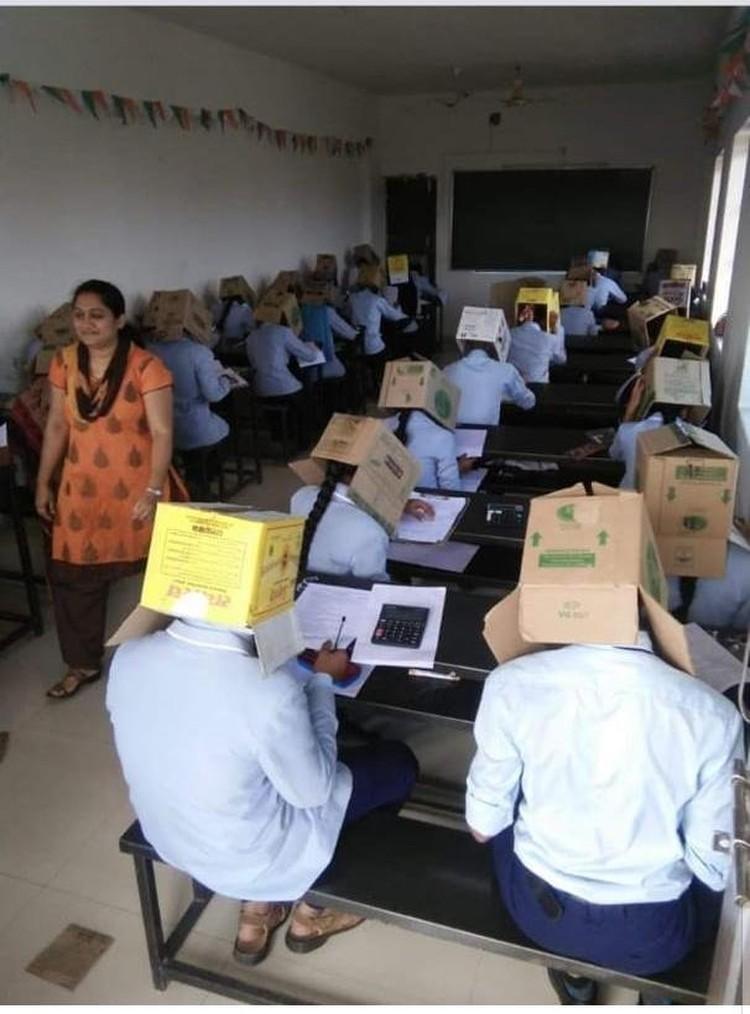 Студенты якобы сами согласились сидеть на экзамене в коробках
