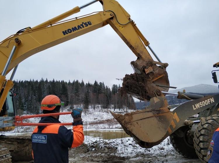 Перебирают все завалы, где могут остаться тела. Фото: ГУ МЧС России по Красноярскому краю