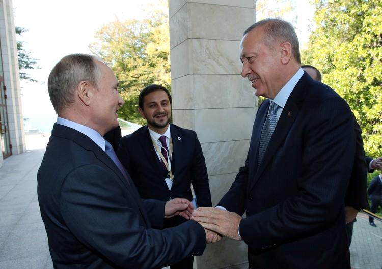 Владимир Путин приветствует Реджепа Эрдогана у входа в сочинскую резиденцию.