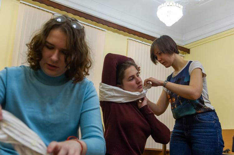 Наложить давящую повязку можно даже на шею, просто делать это нужно через руку пострадавшего.
