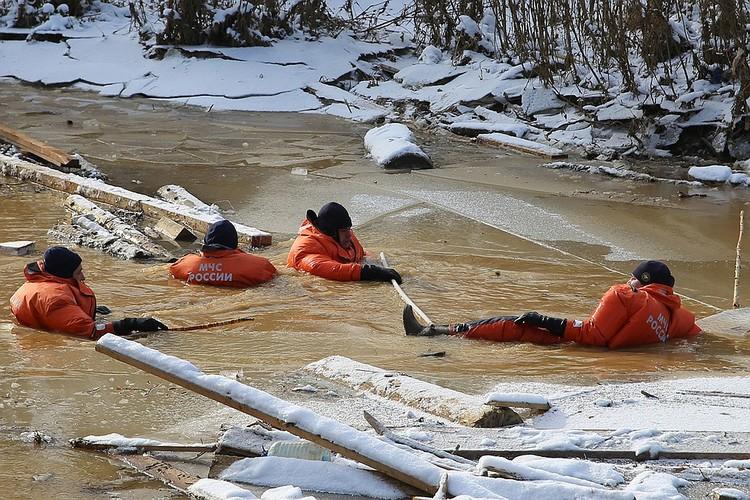 В сложнейших условиях, каждый раз с трудом выбираясь на обледенелый берег, спасатели обследуют реку