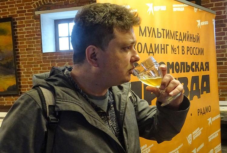 """Журналист """"КП"""" Павел Клоков во время дегустации."""