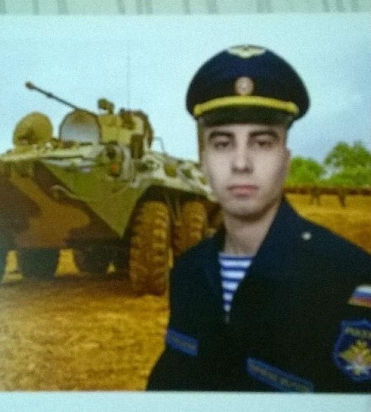 Фотография Егора висит дома у родителей на стене. Фото: предоставлено Иваном Богомоловым.