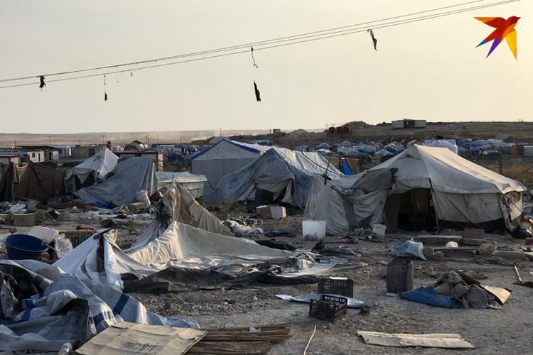 Ветер носит по лагерю тонны мусора.