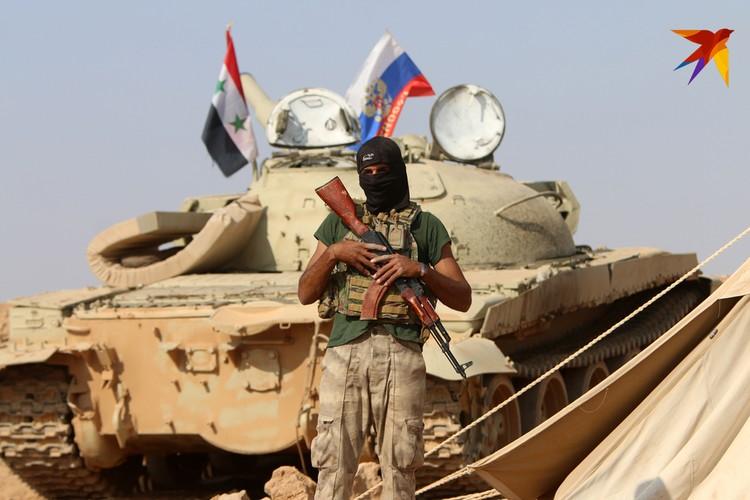 На боевой технике сирийский и российский флаги - рядом.