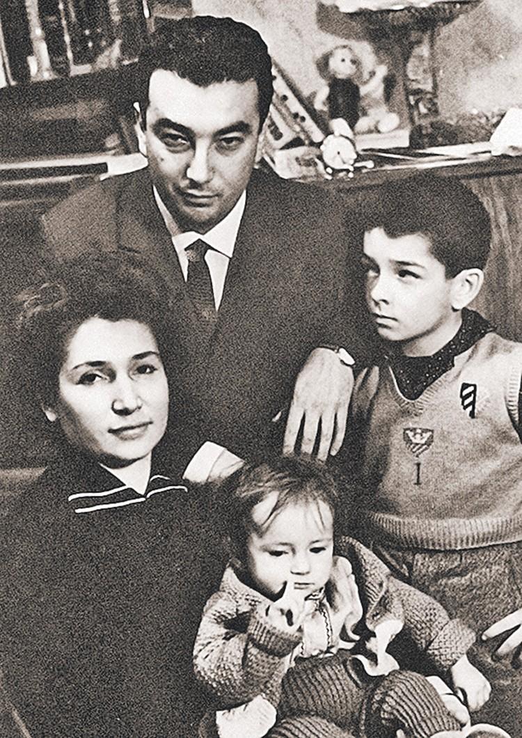 Евгений Примаков с женой Лаурой Харадзе и сыном Александром, которых потерял рано, и дочерью Наной. Фото: Семейный архив Е. Примакова