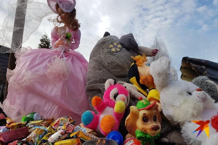 Соседи принесли к месту гибели детей игрушки и сладости.