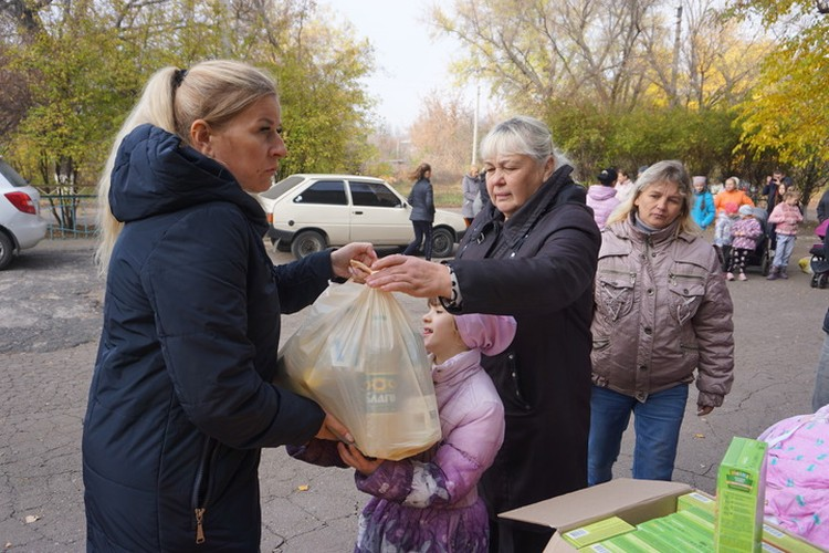 """Волонтер Юлия Гончарова раздает помощь жителям """"красной зоны""""."""