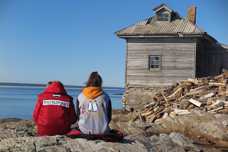 Участники экспедиции у прибрежных построек.
