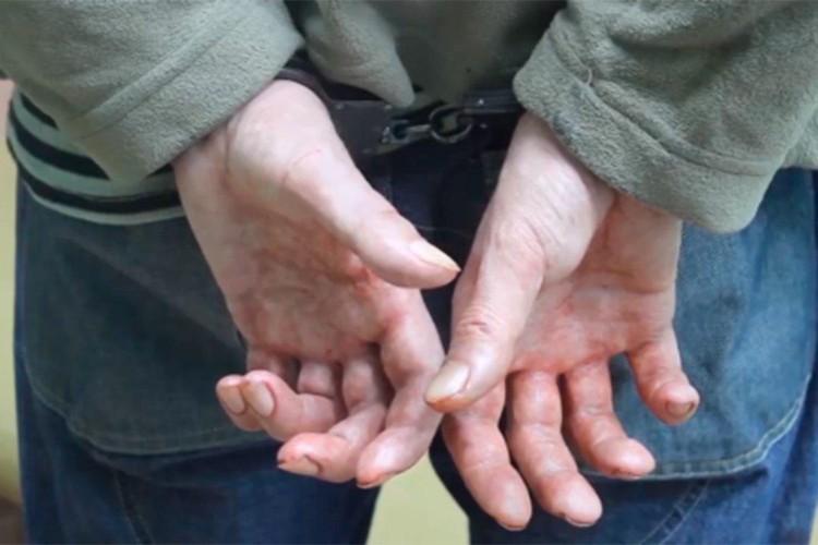 Во время допроса у мужчины тряслись руки