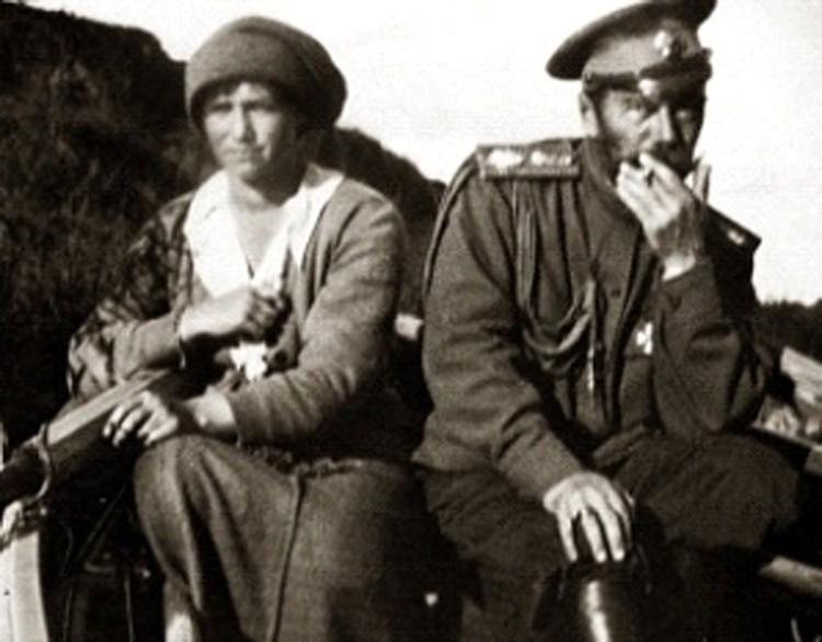 Процесс курения Николая II с великой княжной Татьяной Николаевной (папироса в левой руке). Прогулка по Днепру. 1916 г.