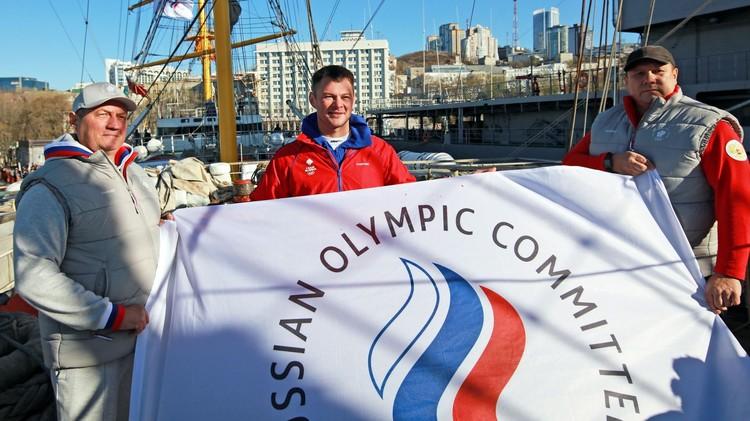 Знаменитый спортсмен Иван Штыль с представителями Олимпийского комитета России при торжественной передаче флага для кругосветного путешествия
