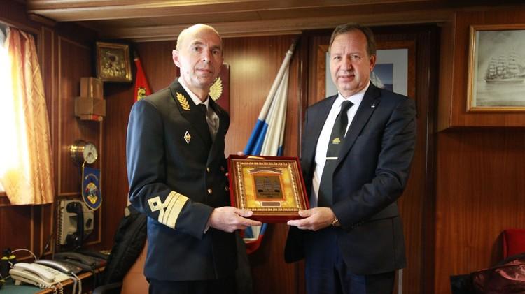 Ректор «Дальрыбвтуза» принял памятный подарок от ректора Калининградского государственного технического университета