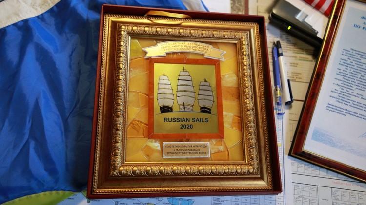 Сувенир ручной работы, выполненный из янтаря мастерами Калининграда. Всего таких подарков для представителей разных стран – около 20.