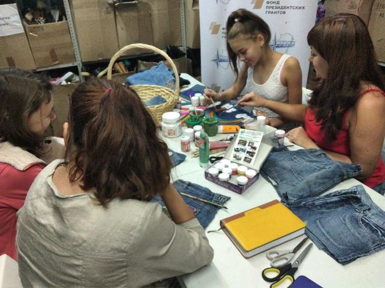 Ни одой девочке не помешает новая сумочка… из старых джинсов. Фото: vk.com/eco_bum