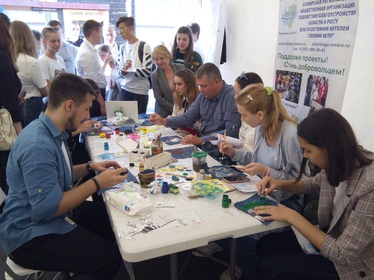 Молодые люди вдохновенно творят, обсуждают новые идеи и заражают своим энтузиазмом других. Фото: vk.com/eco_bum
