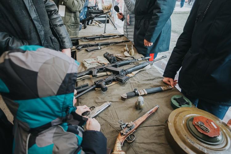 Школьники могли научиться в тире собирать оружие и стрелять.