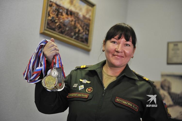 Младший сержант Верещагина с гордостью показала свои многочисленные медали