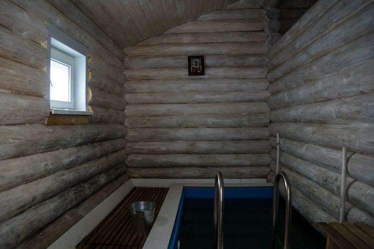 Рядом с часовней - обустроенная купальня