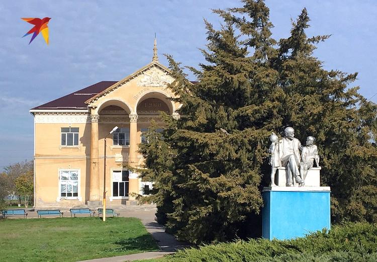 Центр хутора Камышевка неожиданно напоминает город-сад. Памятник дедушке Ленину с пионерами. Дом культуры, похожий на павильон ВДНХ.