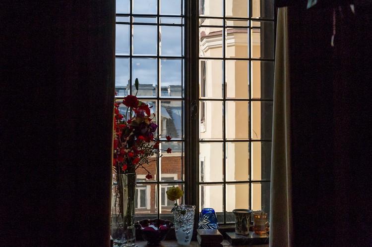 Сохранились окна с венецианскими стеклами и даже подоконник, на котором в блокаду рубили дрова.