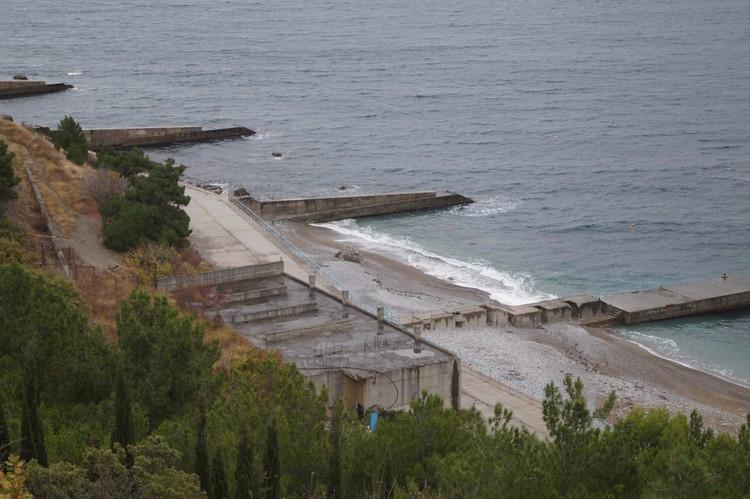 Пляж здравницы облюбовали любители отдыха голышом. Даже на Яндекс.Картах он теперь обозначен как нудистский