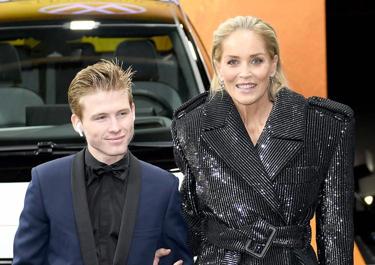 Актриса приехала на церемонию с 19-летним сыном Роаном.