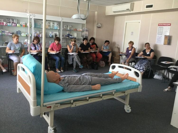 Так проходят занятия, на которых учат правильно ухаживать за тяжелобольными людьми. Фото: Кировское отделение организации «Красный крест»