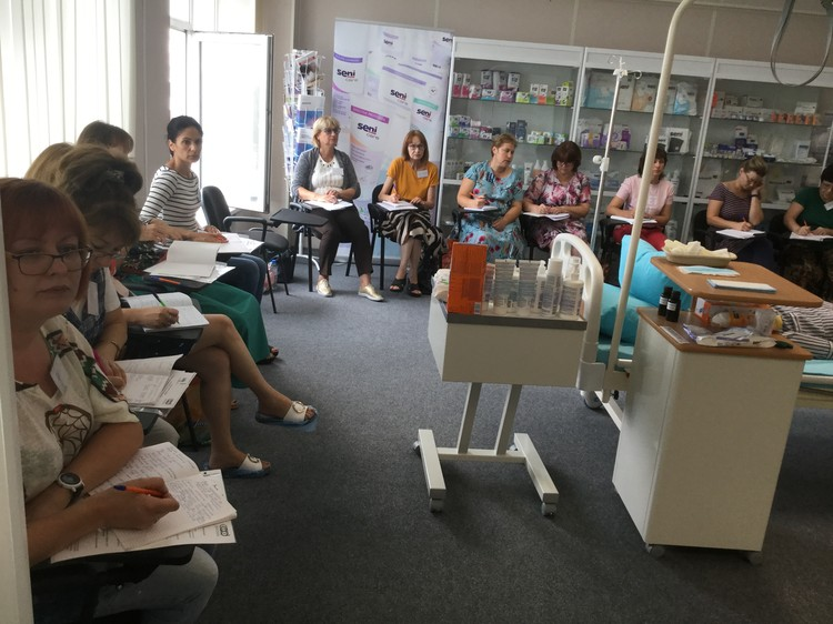 Основная цель курсов – создание более комфортной обстановки для больного и облегчение процесса ухода для его близких. Фото: 1redcross-rostov.ru/мы-с-вами/