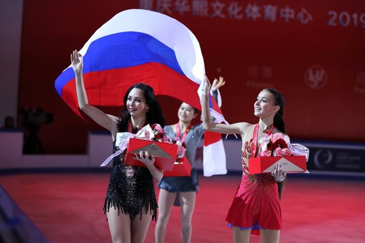 Российские спортсменки Елизавета Туктамышева, завоевавшая бронзу и Анна Щербакова (справа), завоевавшая золото в произвольной программе, на церемонии награждения на Гран-при ISU по фигурному катанию Shiseido Cup of China.