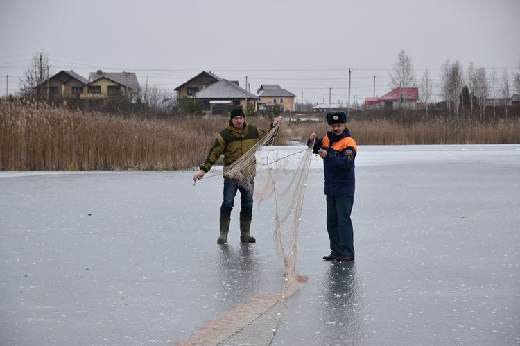 К группе спасателей присоединились еще и местные рыбаки. Фото Александра Зубарева